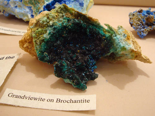 Grandviewite on Brochantite