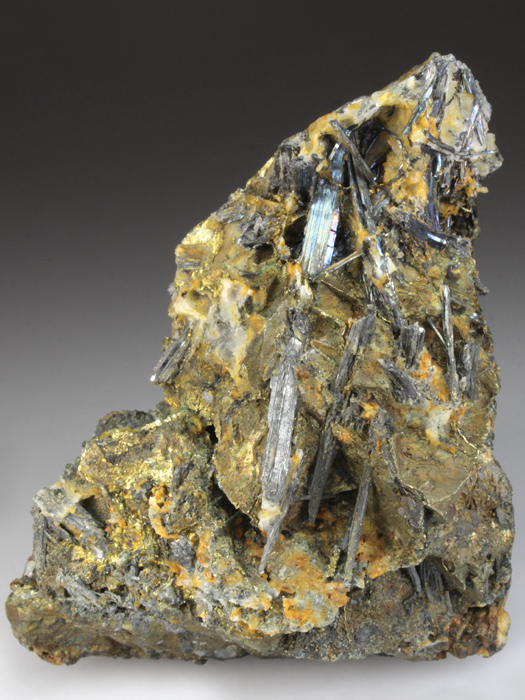 Bismuthinite on Chalcopyrite