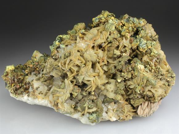 Chalcopyrite and Siderite on Dolomite