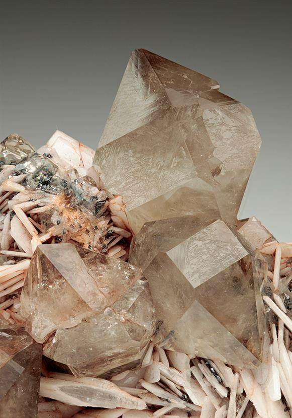 Quartz on Baryte and Hematite.