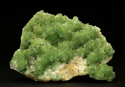 Cuprian Smithsonite and Cerussite on Mimetite  with Duftite
