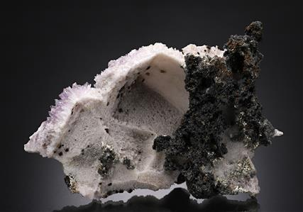 Acanthite on Quartz epimorph after Calcite